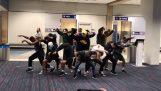 Χορευτές διασκεδάζουν τους επιβάτες, όταν η πτήση καθυστερεί για 6 ώρες