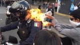 Protester sets fire to a police officer (Mexico)