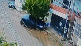 Велосипедистът спестява чудо, когато плаващи кола (Бразилия)