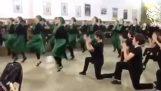 नृत्य छात्रों ने पारंपरिक लेजिंका नृत्य किया