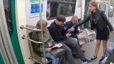 Les militants de lancer des hommes d'entrejambe de blanchiment ont ouvert leurs pieds dans le métro (Russie)