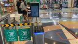 Loja na Tailândia detecta automaticamente a temperatura e máscara