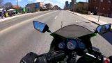 Мотоциклетист срещу велосипедист в Торонто