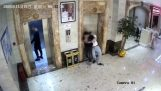 To berusere falder ned i en elevatorskakt