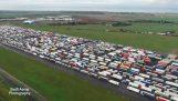 边境关闭后,数千辆卡车滞留在曼斯顿机场