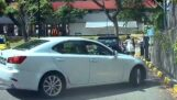 אישה יוצאת ממכוניתה ללא בלם חניה