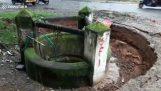 Ένα πηγάδι βυθίζεται στο έδαφος (Ινδία)