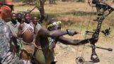 Une race de chasseurs en Tanzanie teste un arc moderne