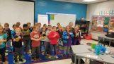 """เด็กอนุบาลร้องเพลง """"สุขสันต์วันเกิด"""" ในการเข้าสู่ระบบผู้ดูแล"""