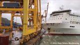 Πλοίο συγκρούεται με μεγάλο γερανό και τον ανατρέπει
