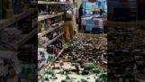 Una donna rompe centinaia di bottiglie in un supermercato