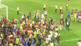 Fransa'da bir futbol maçında oyuncular ve taraftarlar arasında kuşatma