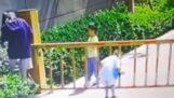 Enfant contre bar