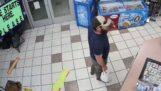 Soldato veterano disarma ladro