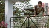 Πως ο Jackie Chan περνά πάνω από πόρτες και φράχτες